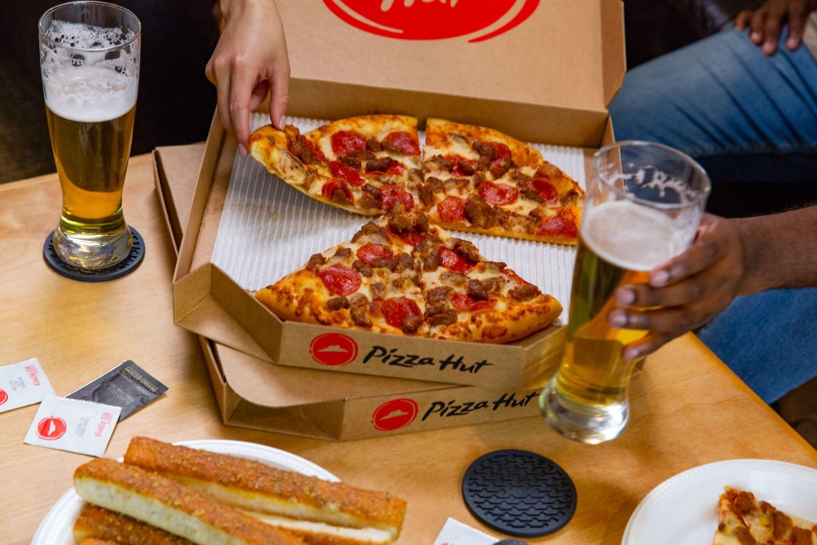 Pizza Hut Expands Beer Delivery Ahead of Super Bowl